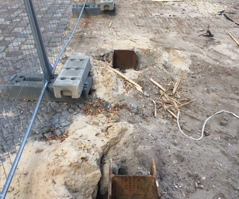 Baugrube wird abgesichert.
